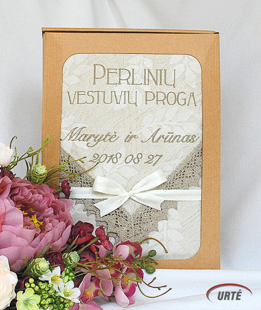 Dovana perlinių vestuvių proga - siuvinėta staltiesė