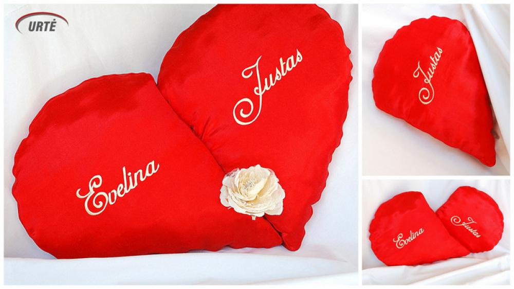 Dvi pagalvėlės susideda į raudoną širdį