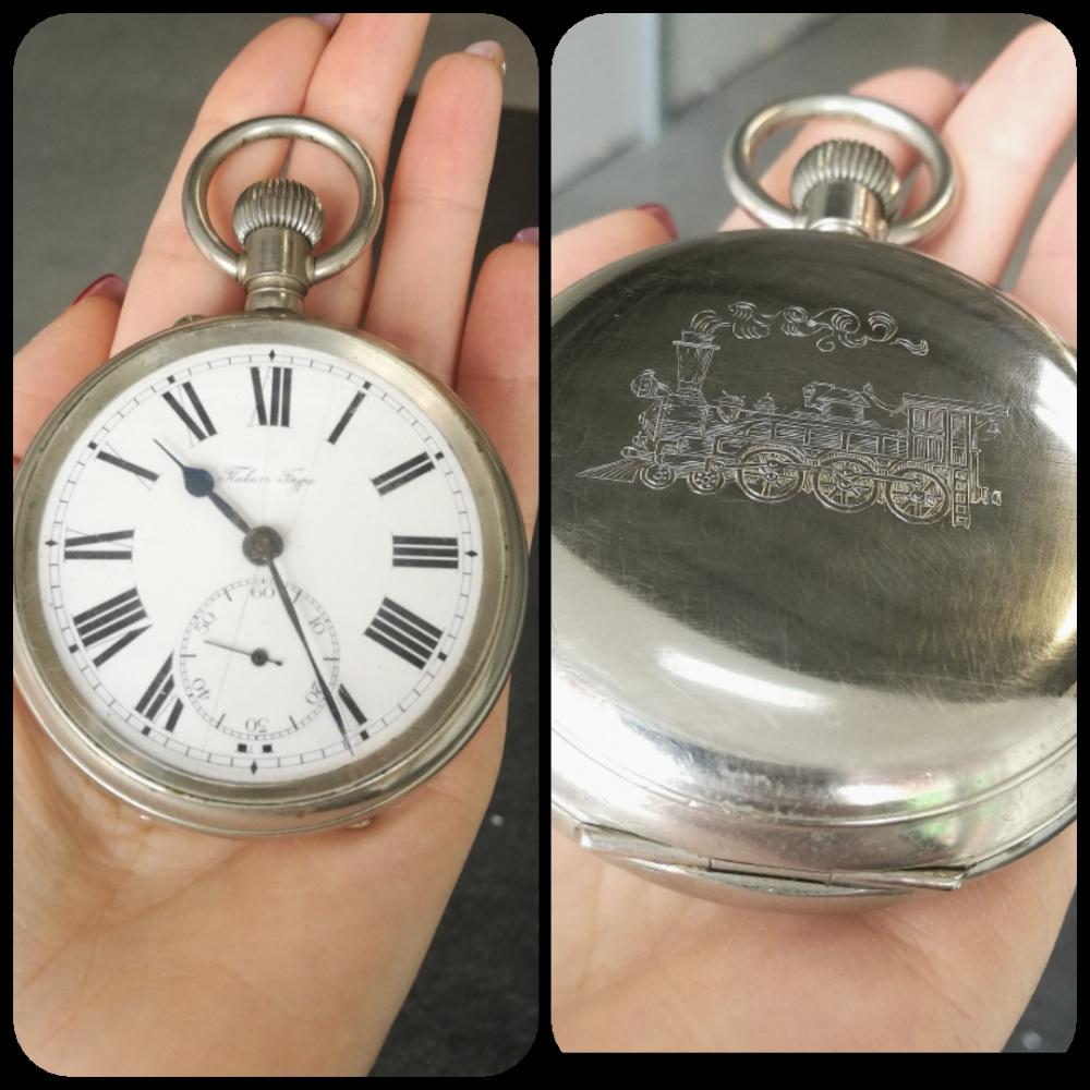 Graviruotas laikrodis. Traukinys