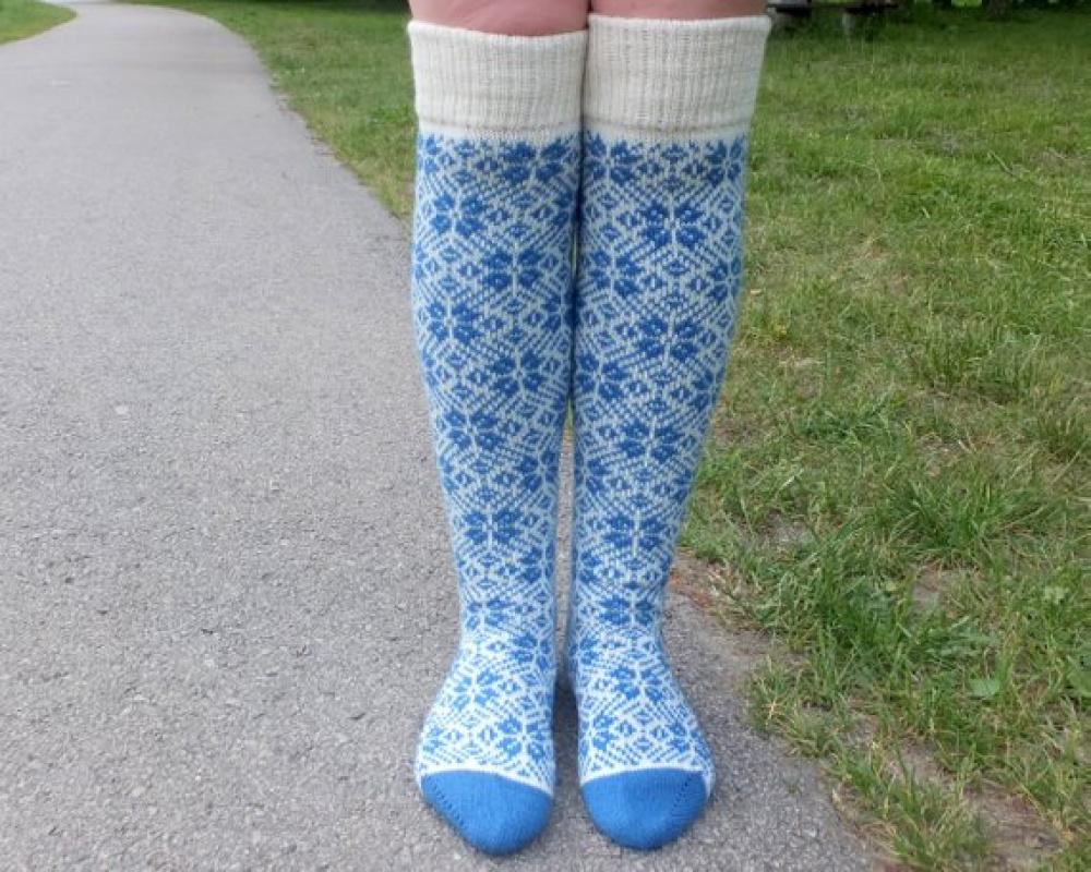Ilgos vilnonės kojinaitės su mėlynais žvaigždučių raštais