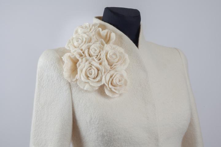 Ivory spalvos veltinio švarkas su  gėlėmis