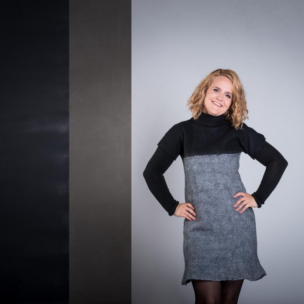 Juodos ir pilkos derinys minimalistine suknele