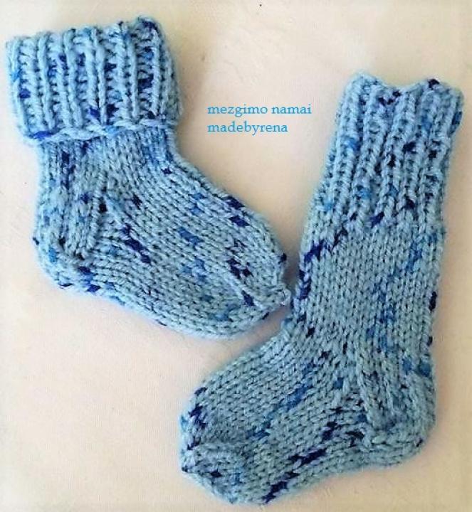 kepurytė ir kojinytės naujagimiui