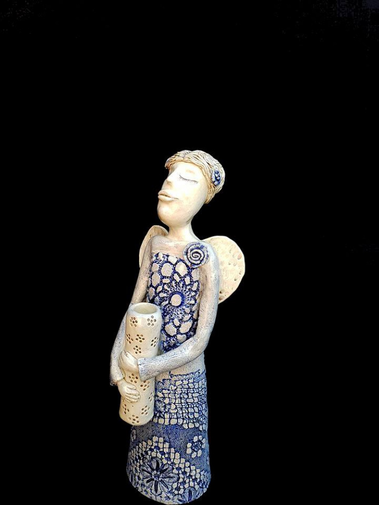 Keramikos angelas  Mėlyna rožė su vazele rankose