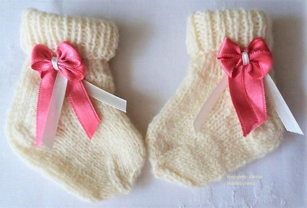 Kojinytės su rožiniais bantukais