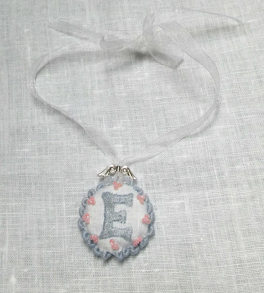 Medalionas,  pakabukas, kaklo papauošalas su vardo raide