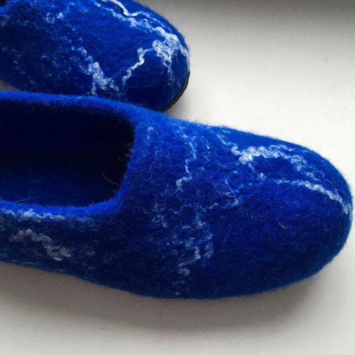 mėlynos rugegėlių spalvos 39 dydžio veltos šlepetės.