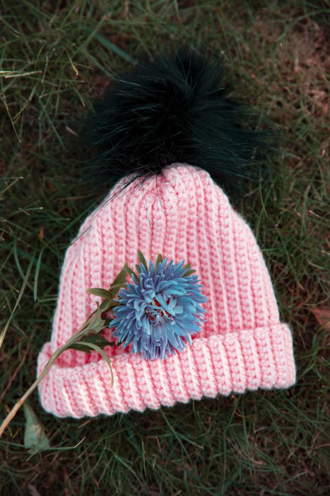 Nerta rožinė kepurė kailiniu bumbulu