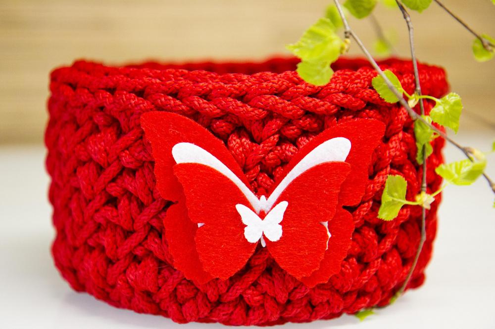 Nertas raudonas kubiliukas su drugeliu