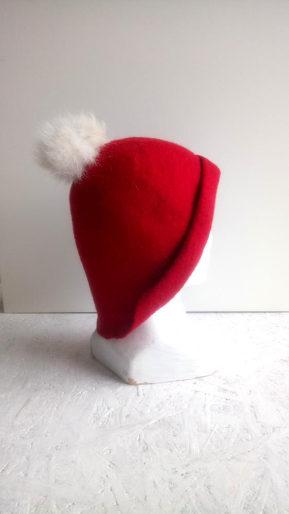 Raudona minimalistine veltinio kepure