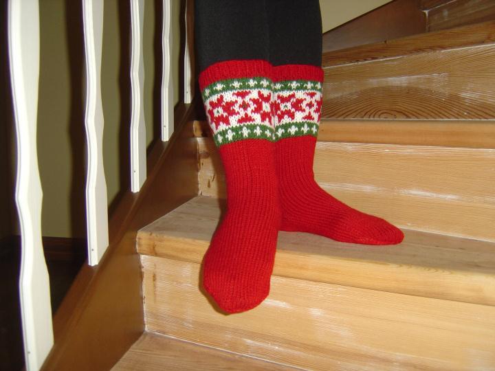 Raudonos su rastais kojines