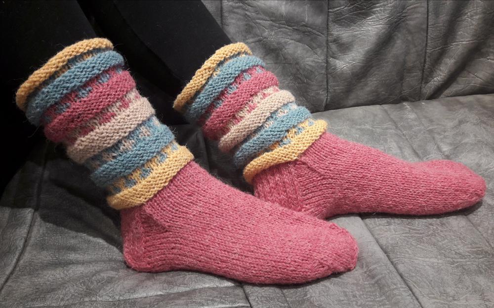 Rožinės vilnonės kojinės