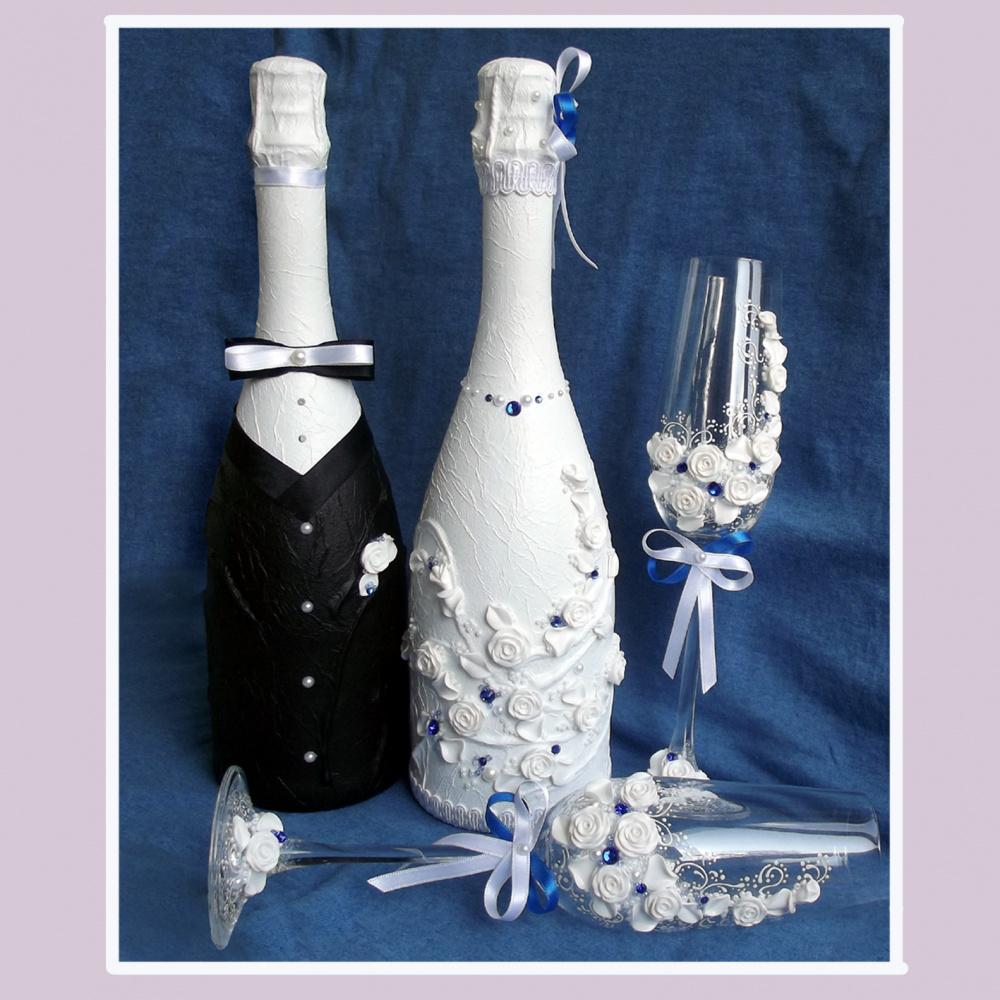 Šampano buteliai ir taures vestuvėms