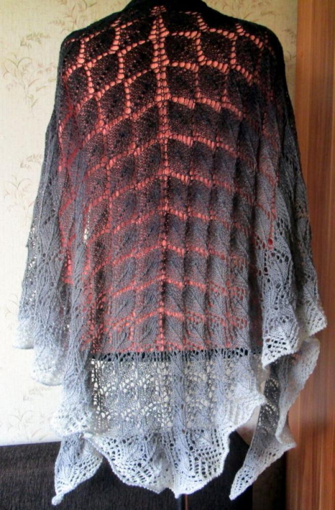 Skara megzta virbalais juodai-pilkai-bakšvų atspalvių