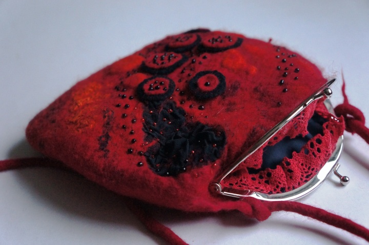 Velta raudona rankinė-delninukė