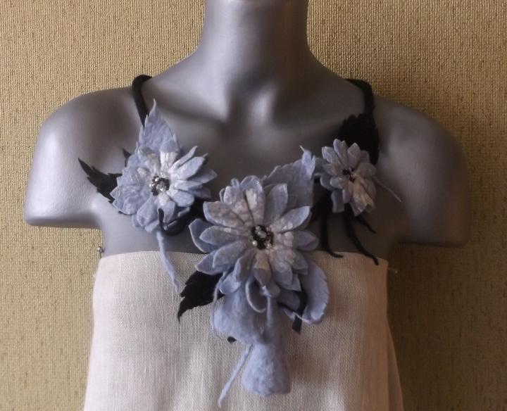 veltas papuošalas su pilkom apledėjusiom gėlėm
