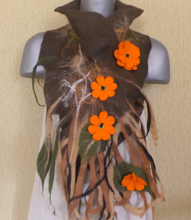veltas šalikas su sage ,rudas su oranžinėm gėlėm