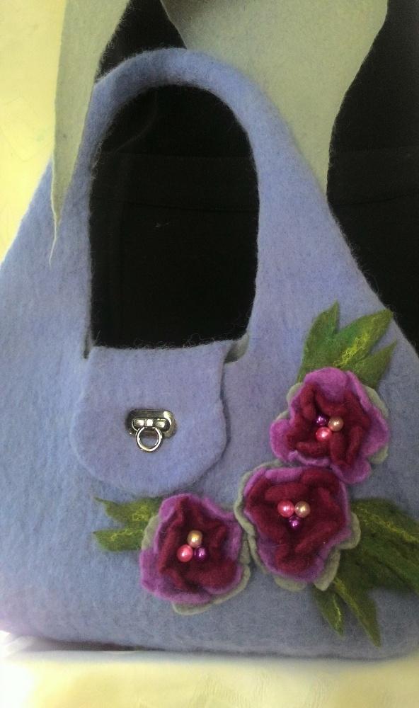 Violetinė velta rankinė su gėlėmis