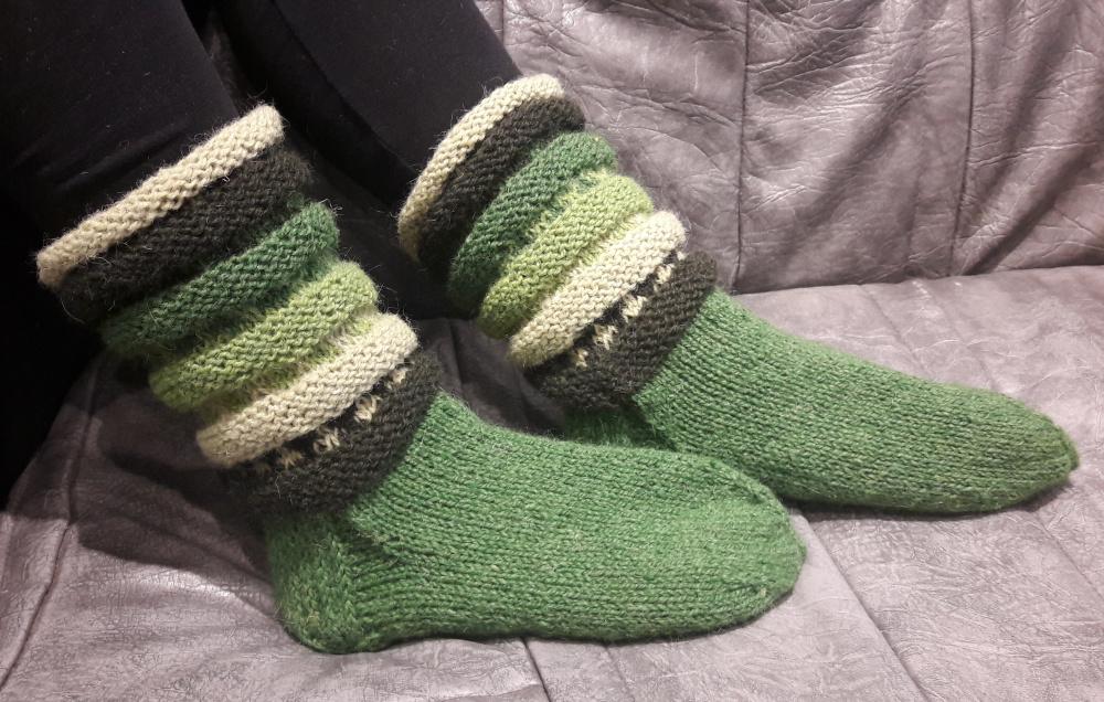 Žalios vilnonės kojinės