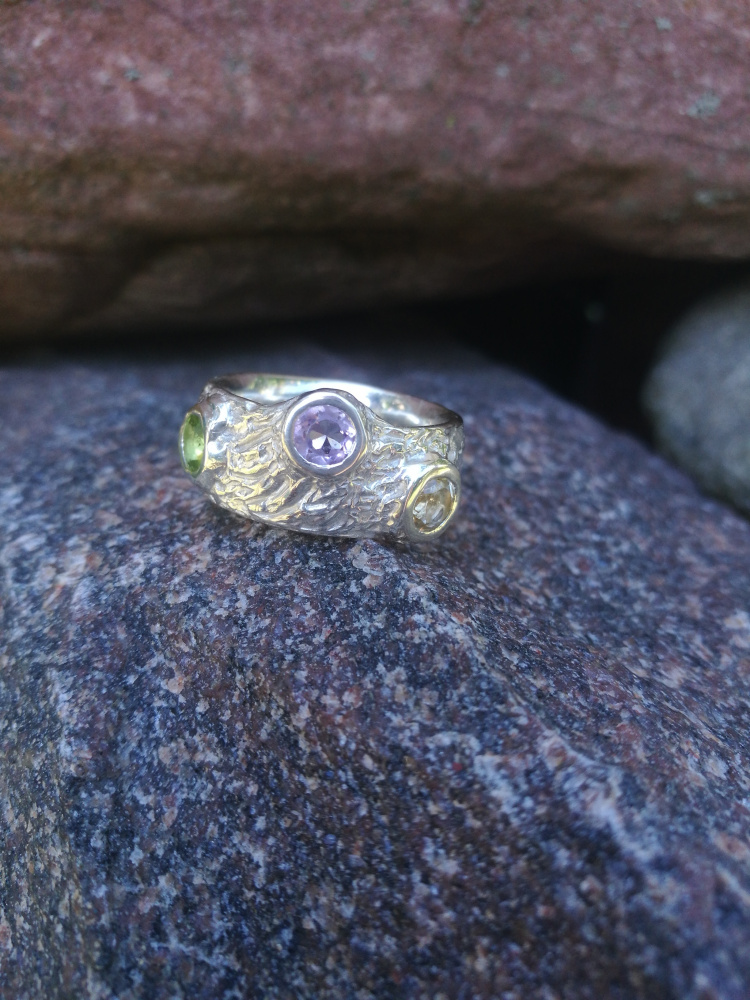 Žiedas su citrinu, peridotu ir ametistu.