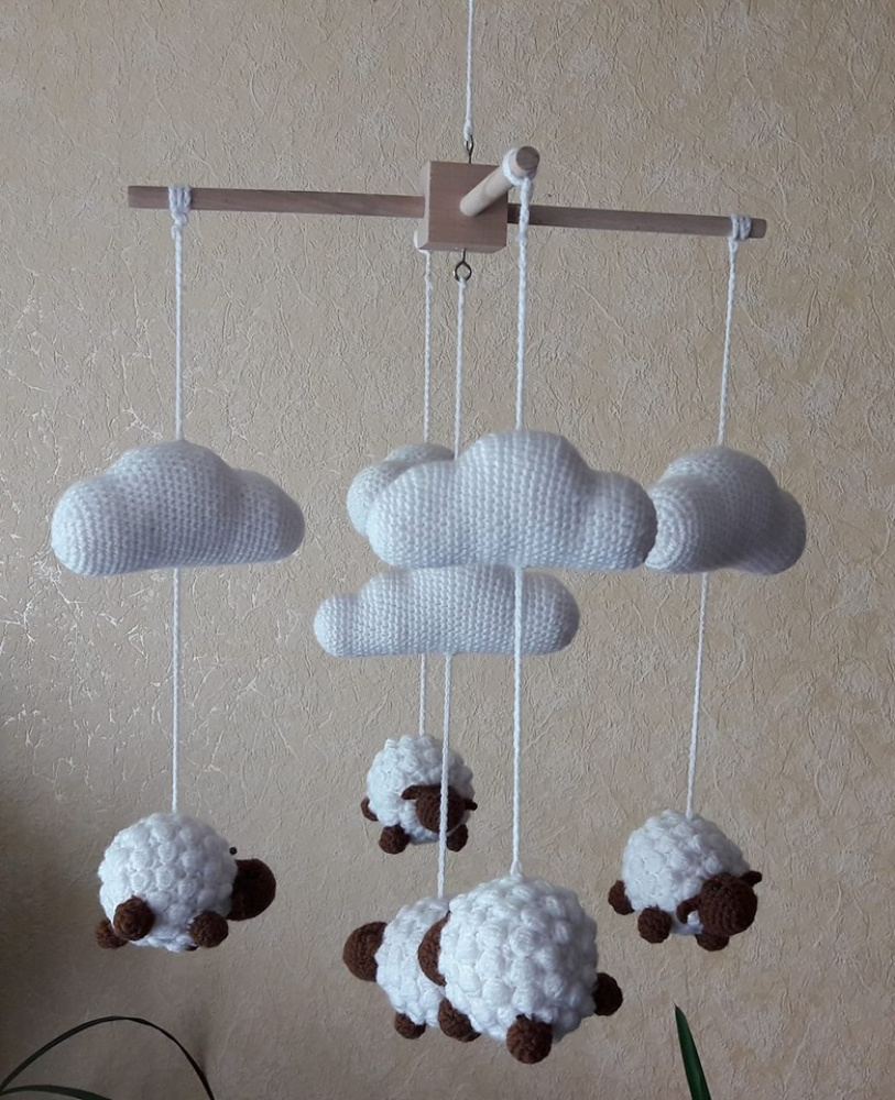 Avyčių karuselė virš lovytės