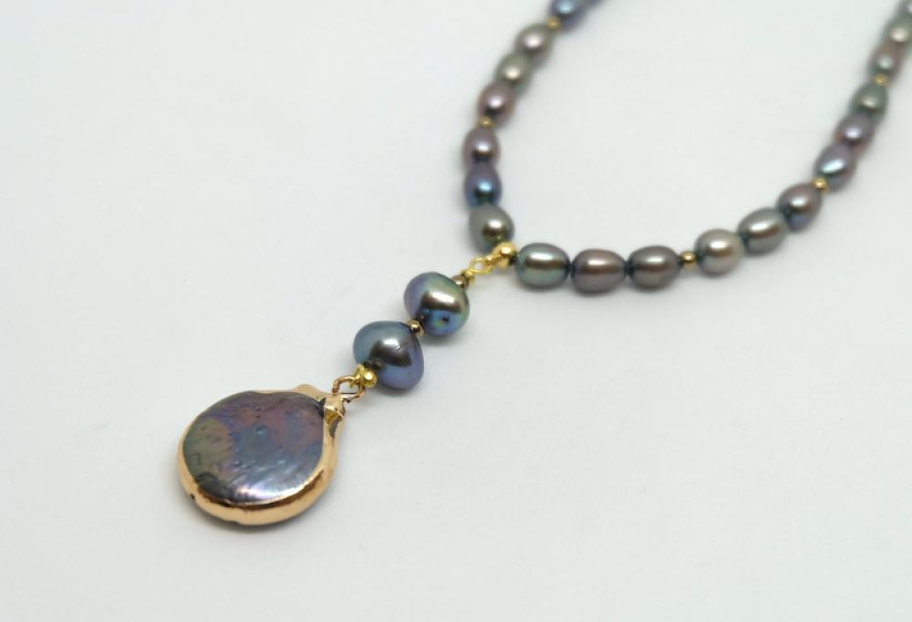 Gėlavandenių perlų vėrinys su pakabuku...