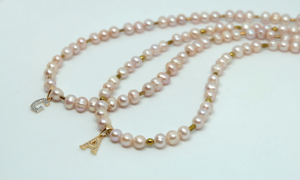 Gėlavandenių perlų vėrinys su raidelėmis