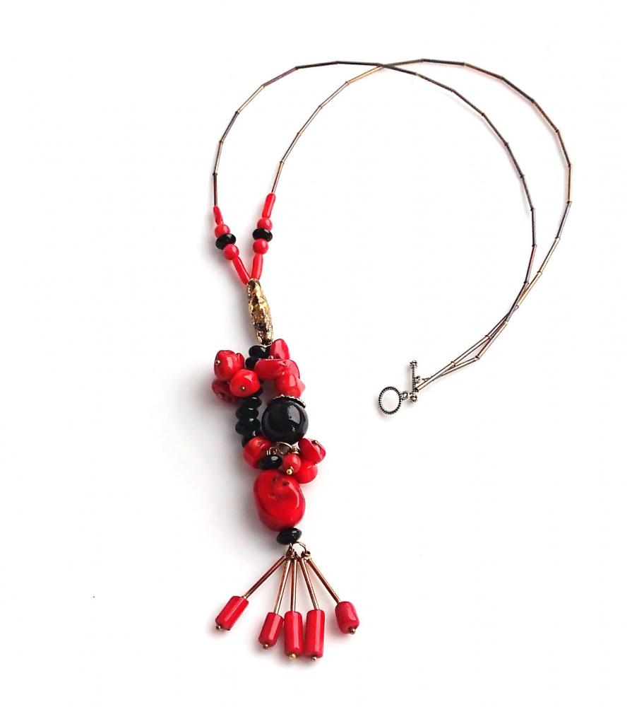 Ilgas vėrinys su raudonu koralu ir juodu agatu