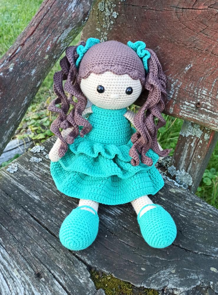 Lėlė mėtine suknele