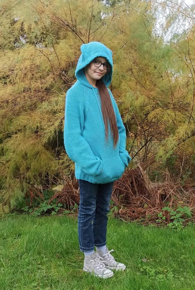 Mėlynas megztinis su gobtuvu