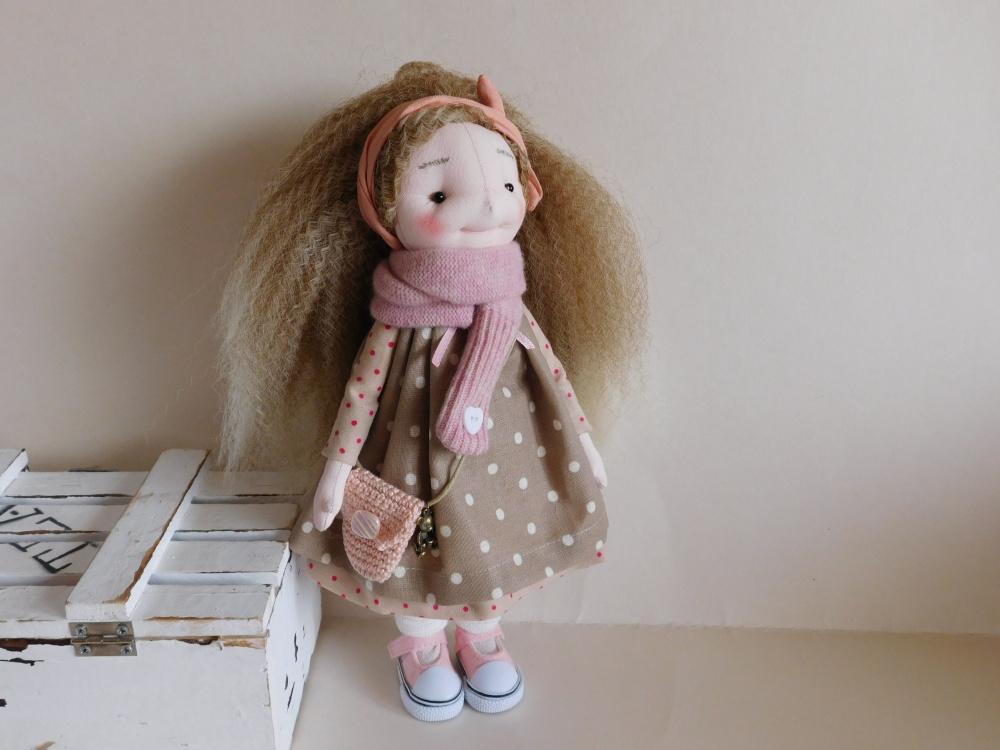 mergaitė taškuota suknele