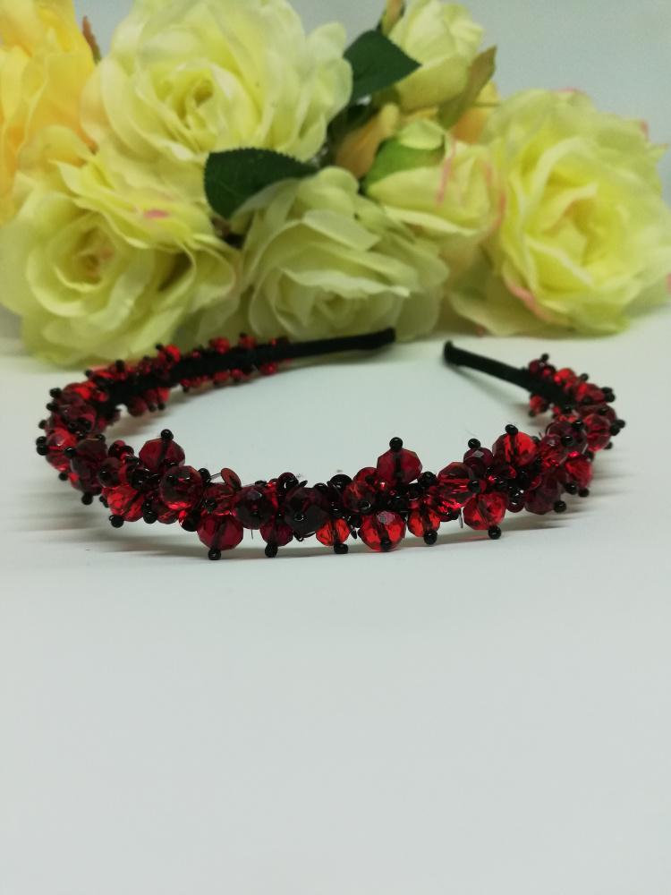 Plaukų lankelis siūvynėtas  čekiškais stiklo karoliukais raudona juoda