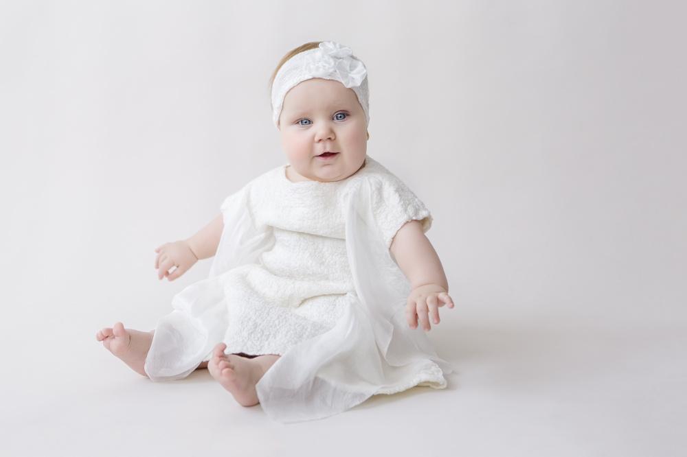 Velta balta suknele Krikstynoms