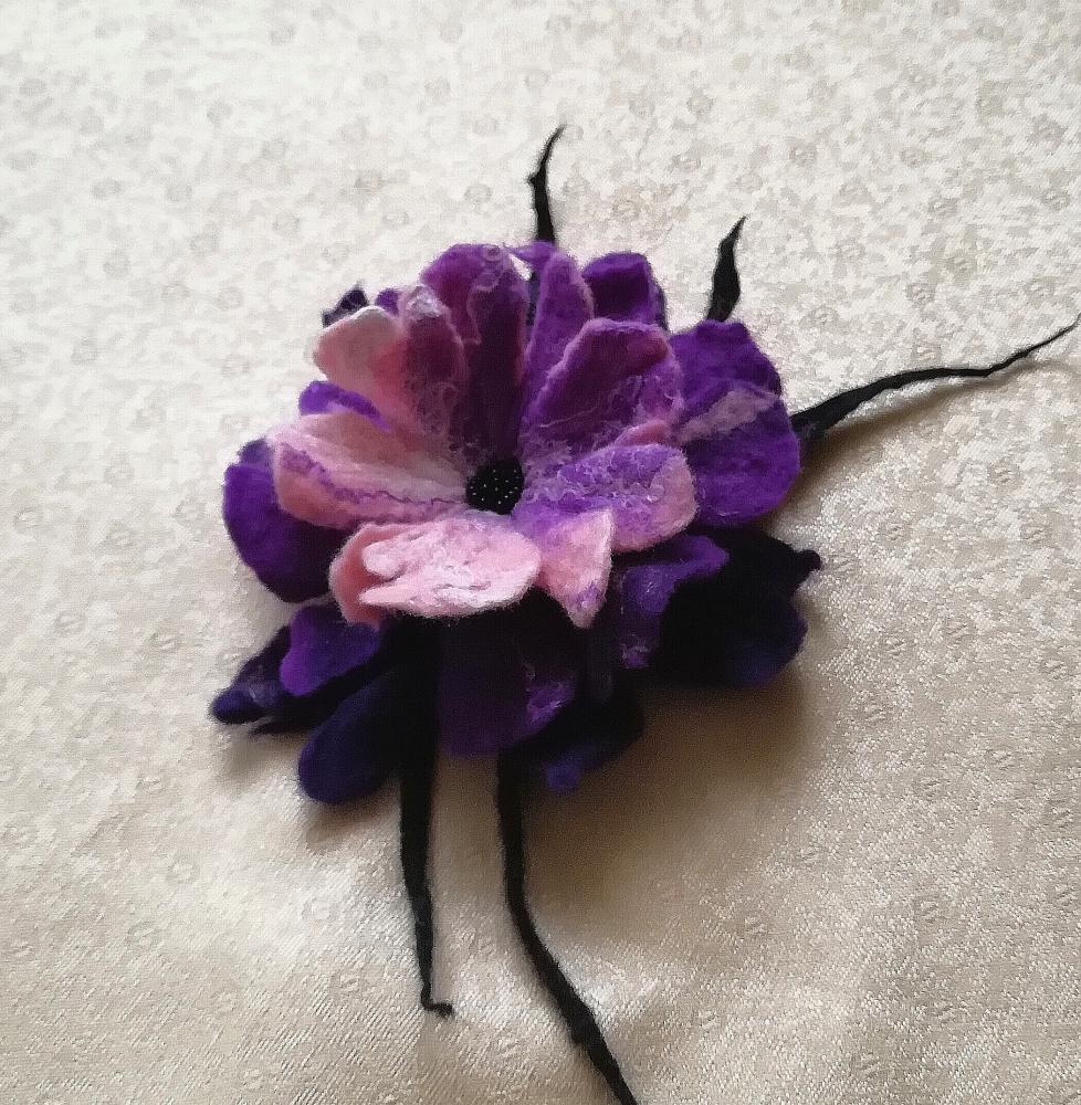 Velta gėlė violetinių spalvų