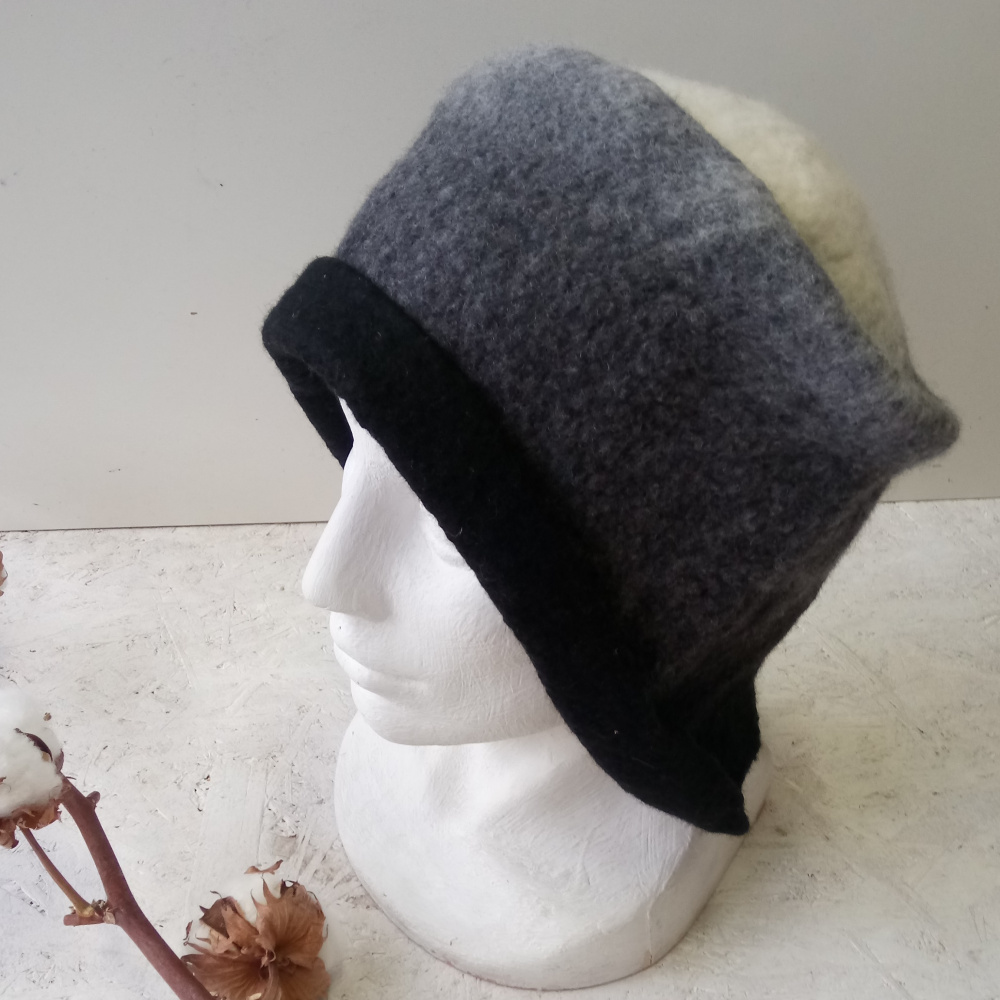 Velta juodo balto pilkos kepure