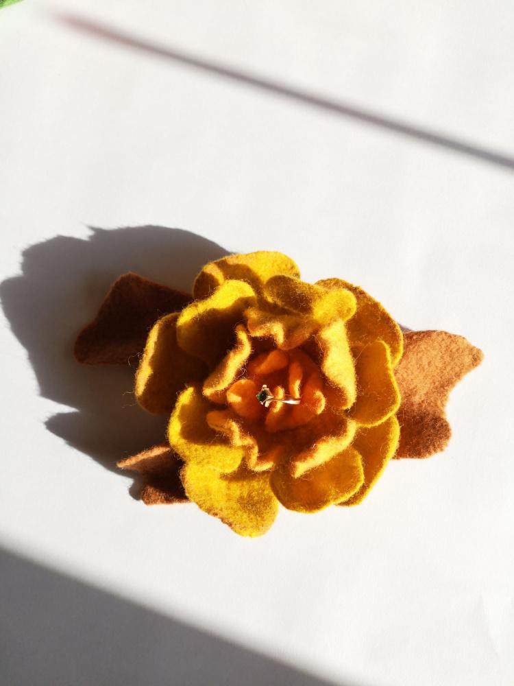 Velta rusvų spalvų gėlė