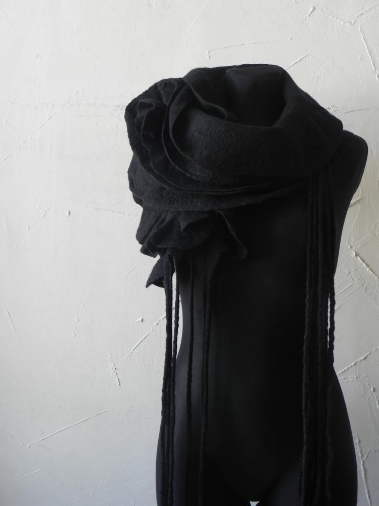 Veltas juodos vilnos masyvus salikas.