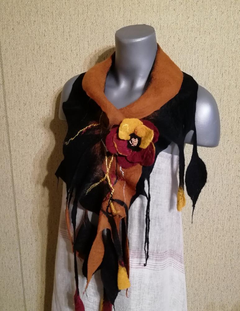 Veltas šalikas su sage juodos - karamelinės spalvų