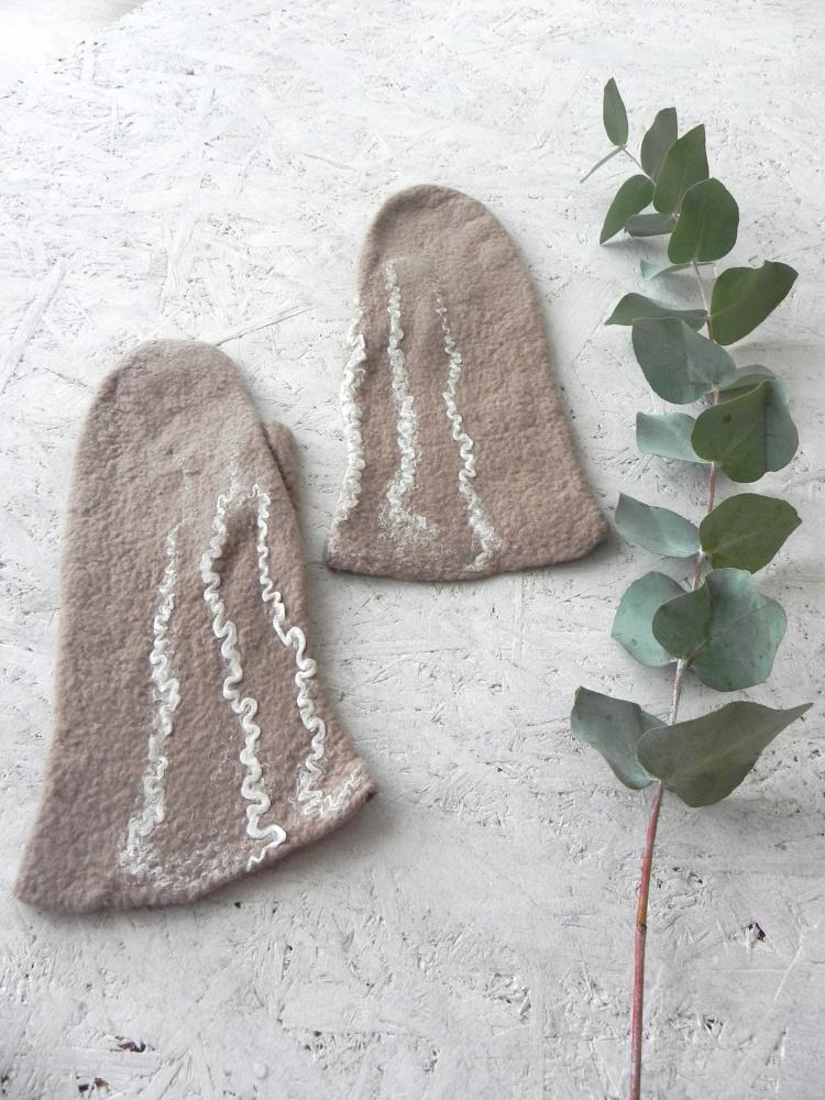 Veltos rusvos pirstines su lino dekoru