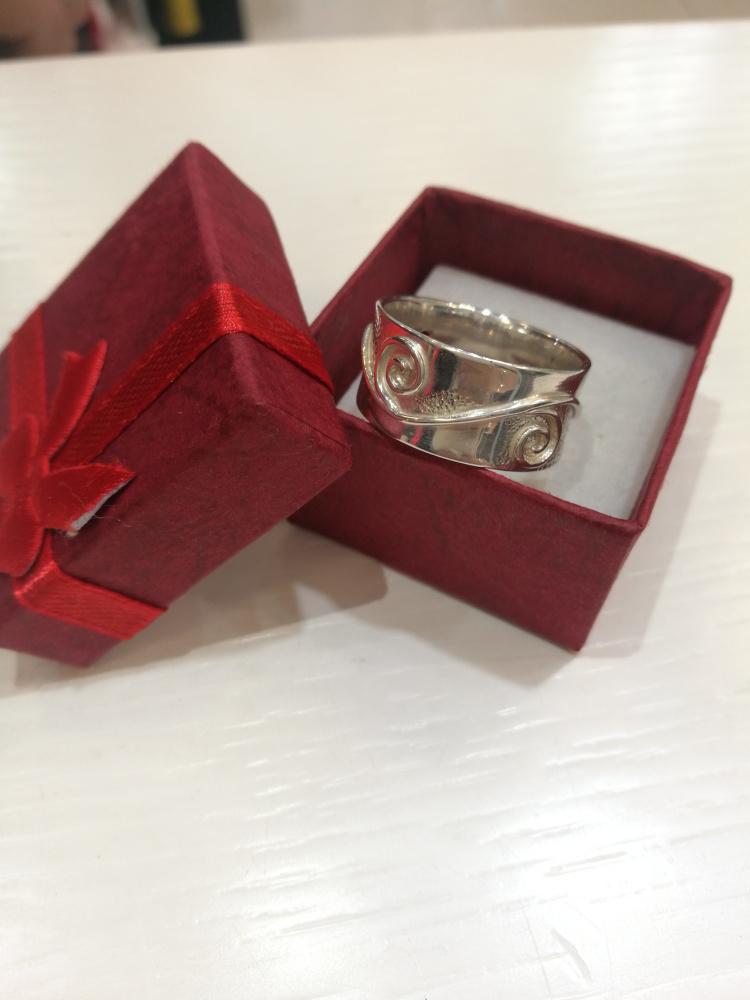 Žiedas su trimis akmenėliais