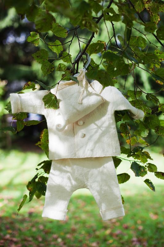 Baltas mažas kostiumėlis
