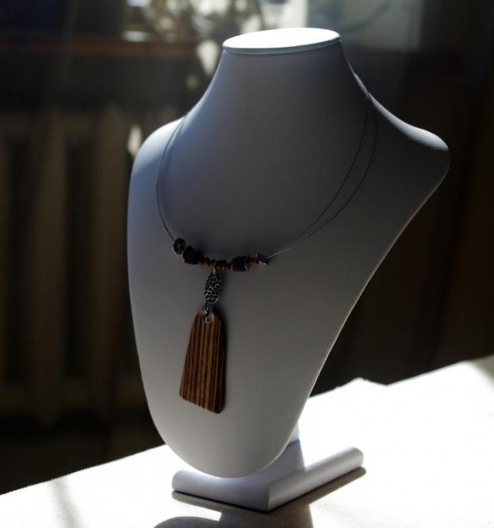 Zebrano medžio kaklo papuošalas