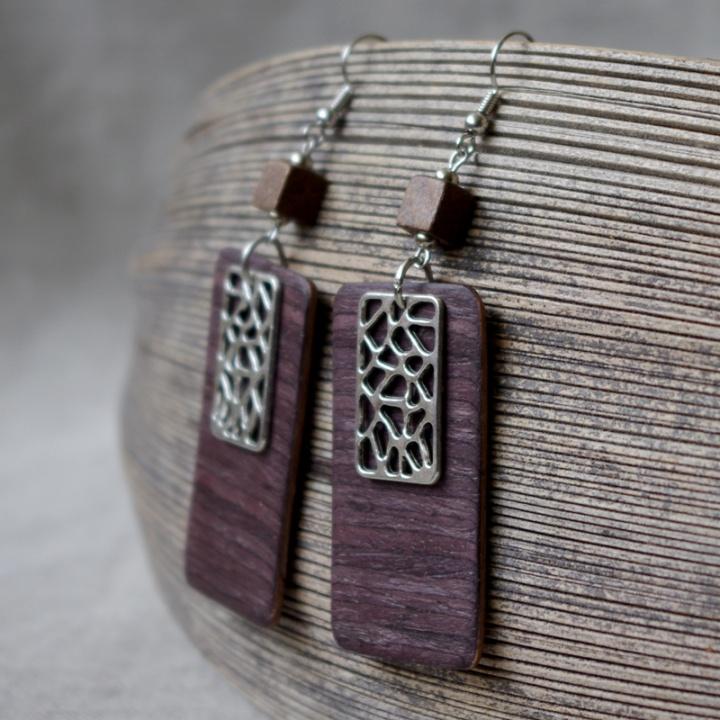 Violetinė elegancija, auskarai iš medžio